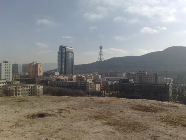 东南角山上是西宁电视塔